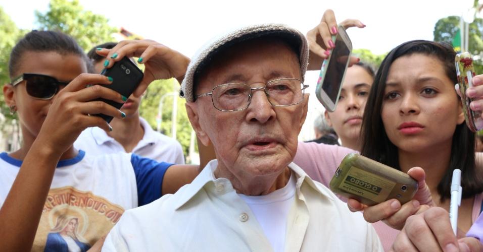 24.jul.2014 -  Abelardo da Hora, escultor pernambucano, no velório do escritor Ariano Suassuna no palácio do Campo das Princesas, em Recife