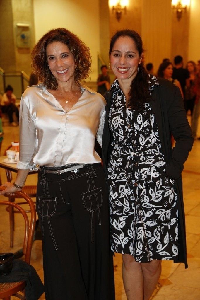 24.jul.2014 - Angela Vieira e Claudia Mauro prestigiaram a estreia da peça