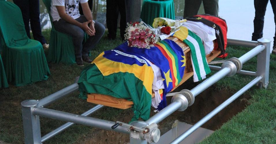 24.jul.2014 - Ariano Suassuna é sepultado no cemitério Morada da Paz, no município de Paulista, em Pernambuco