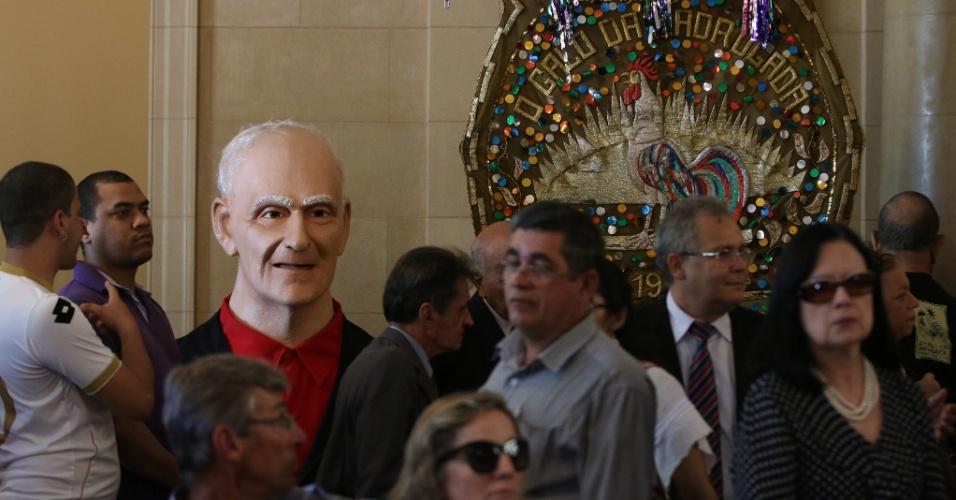 24.jul.2014 - Boneco gigante, típico de Olinda, ao lado do estandarte do Galo da Madrugada são levados ao velório de Ariano Suassuna no palácio do Campo das Princesas, em Recife