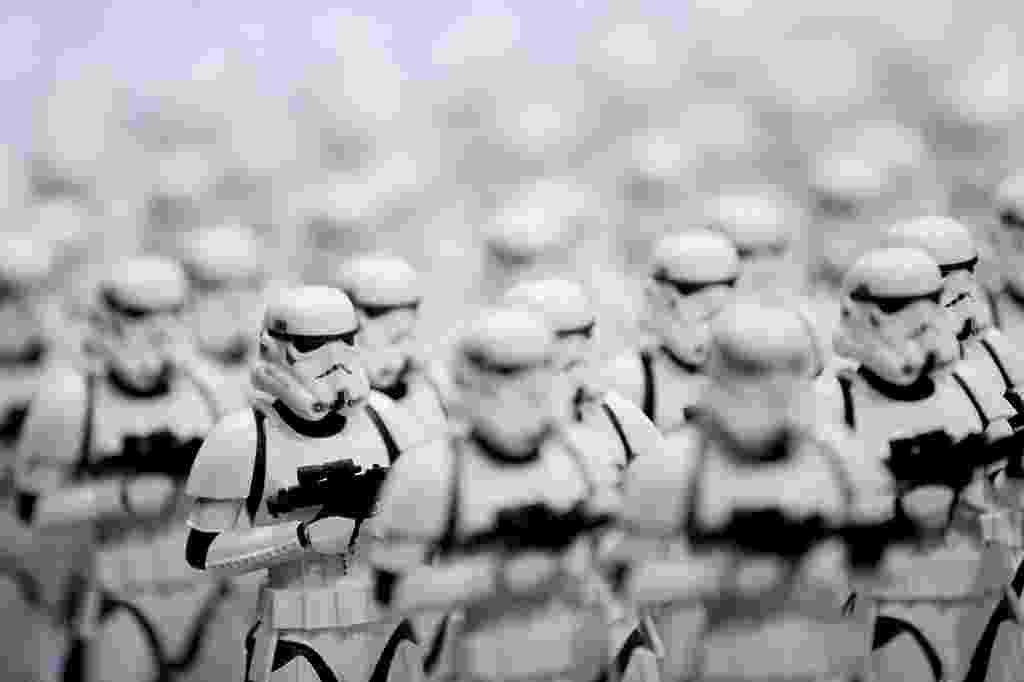 """24.jul.2014 - Bonecos de stormtroopers de """"Star Wars"""" expostos durante a San Diego Comic-Con - T.J. Kirkpatrick/AFP"""