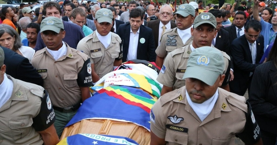 24.jul.2014 - Corpo de Ariano Suassuna chega ao cemitério Morada da Paz, no município de Paulista, em Pernambuco