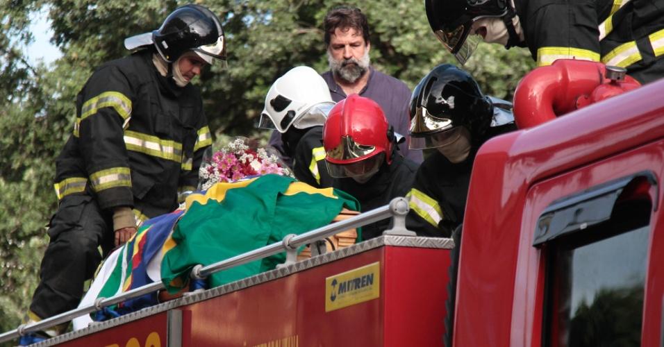 24.jul.2014 - Corpo de Ariano Suassuna sai em cortejo rumo ao cemitério Morada da Paz, no município de Paulista, em Pernambuco