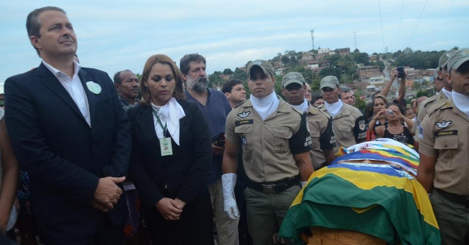 24.jul.2014 - Eduardo Campos chega ao cemitério Morada da Paz, no município de Paulista, em Pernambuco, onde corpo de Suassuna será enterrado