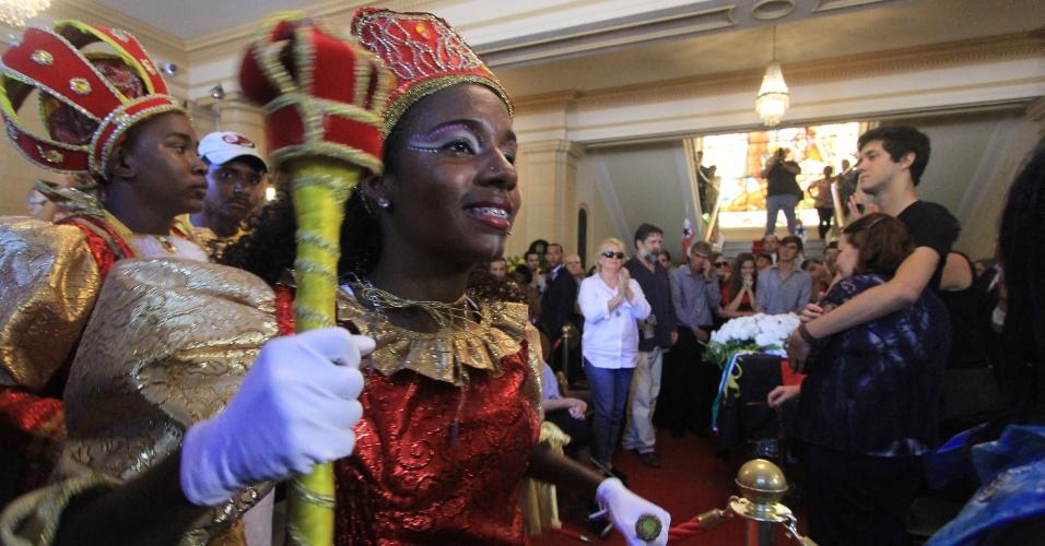 24.jul.2014 - Grupos musicais se apresentam durante velório de Ariano Suassuna no Campo das Princesas, em Recife