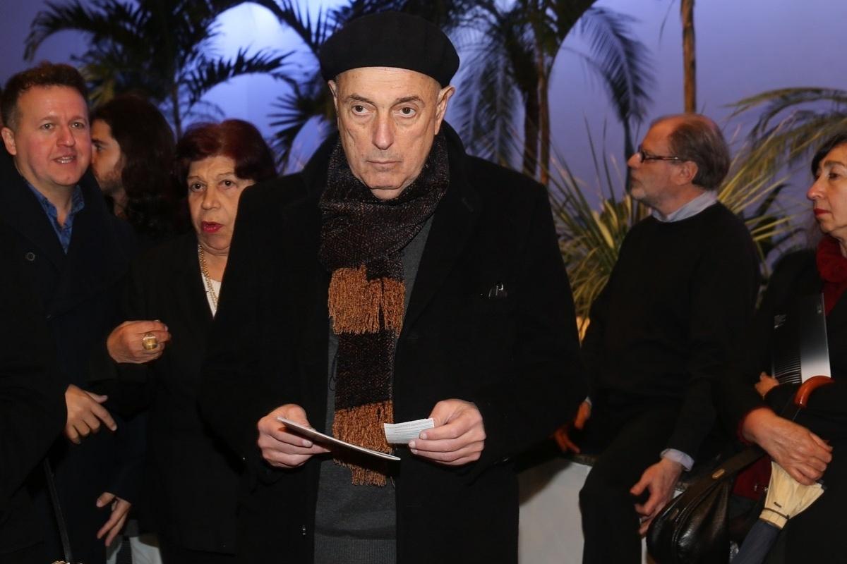 24.jul.2014 - Hector Babenco prestigiou a estreia da peça