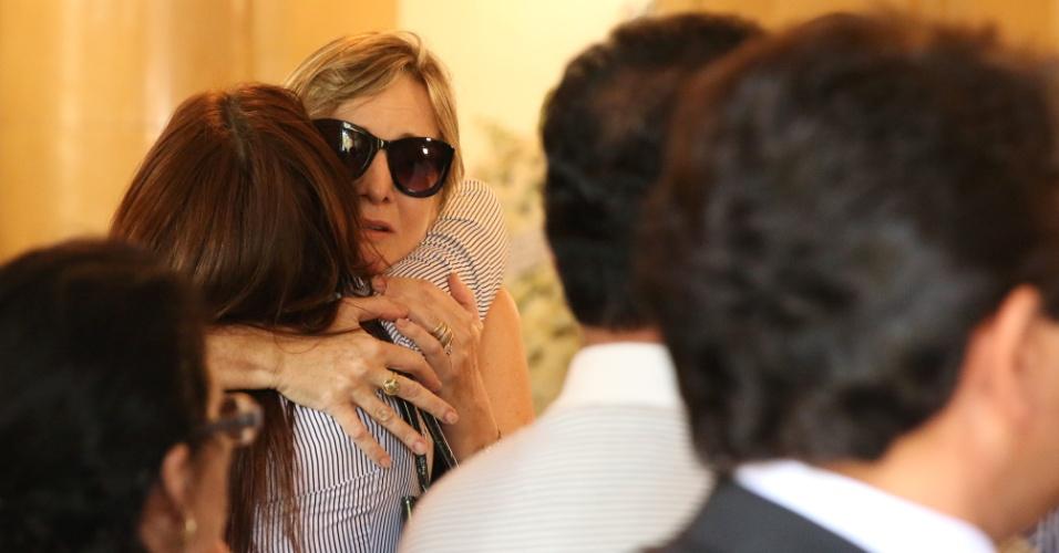 24.jul.2014 - Mariana Suassuna, filha de Ariano, chega ao velório do pai, realizado no palácio do Campo das Princesas, em Recife