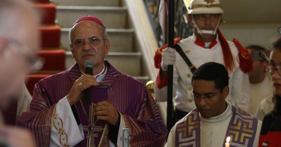 24,jul.2014 - O arcebispo emérito de Olinda e Recife, dom Fernando Saburido, celebra missa de corpo presente do escritor Ariano Suassuna, durante o velório realizado no palácio do Campo das Princesas, em Recife