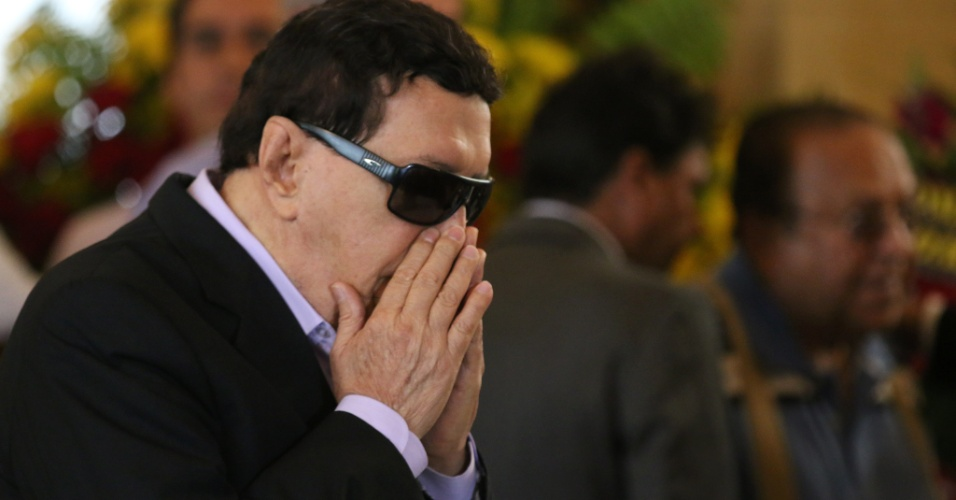 24.jul.2014 - O cantor de frevo Claudionor Germano chora durante o velório de Ariano Suassuna, realizado no palácio do Campo das Princesas, em Recife