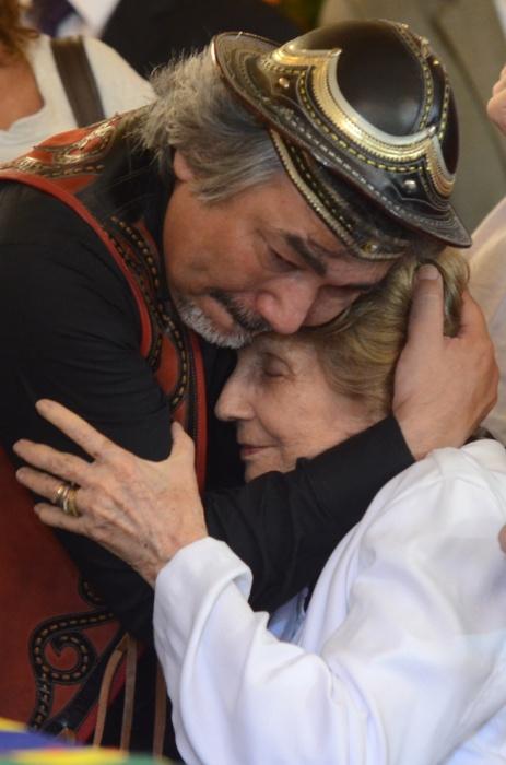 24.jul.2014 - Zélia Suassuna (à dir.) é amparada no velório do marido, o escritor Ariano Suassuna, em Recife