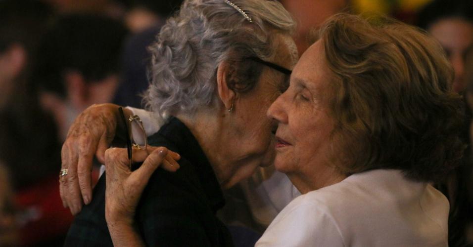 24.jul.2014 - Zélia Suassuna (à dir.), mulher de Ariano, é amparada por amigos e familiares no velório do escritor no palácio do Campo das Princesas, em Recife