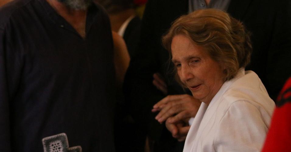 24.jul.2014 - Zélia Suassuna, mulher de Ariano, é amparada por amigos e familiares no velório do escritor no palácio do Campo das Princesas, em Recife