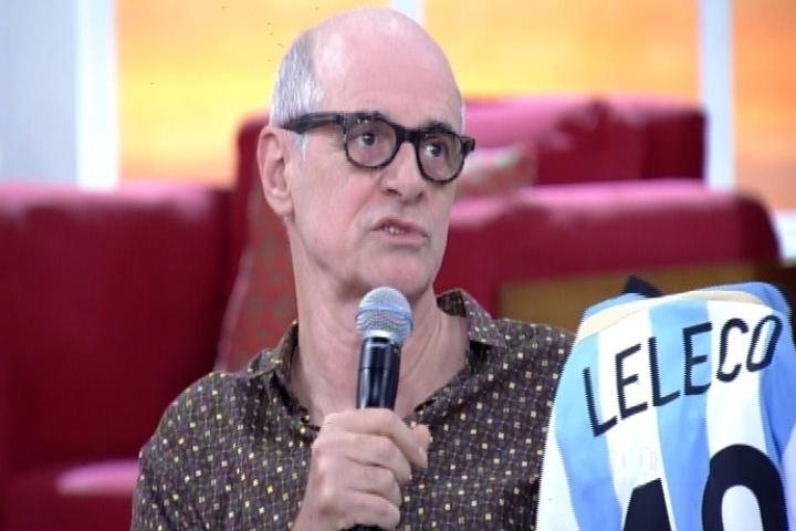 """27.jul.2014 - Marcos Caruso mostra camisa da Argentina que ganhou com o nome """"Leleco"""", seu personagem em """"Avenida Brasil"""""""