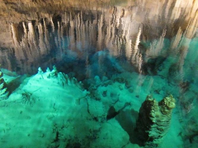 Caverna de Cristal, Bermudas: A água ali é tão cristalina que é possível ver o chão da caverna mesmo a uma profundidade de 17 metros.  Localizada em Hamilton Parish, próximo a Castle Harbour, foi descoberta por acidente, no início do século passado, por um garoto de 12 anos que procurava sua bola de críquete