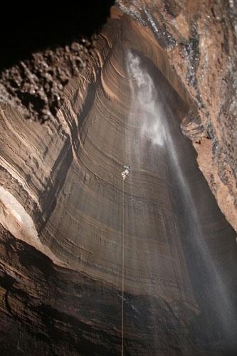 """Caverna Ellison, EUA: Este buraco de 180m é conhecido como fenda fantástica (""""Fantastic Pit""""). Durante quase todo o ano, uma cachoeira escoa buraco adentro, fazendo a profundidade aumentar ainda mais. Devido a sua grandiosidade, é indicada apenas aos exploradores mais experientes. Está situada abaixo de dois outros abismos menores, nas montanhas Pigeon, no estado da Geórgia"""