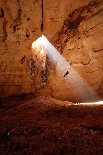 Caverna Majlis al Jinn, Omã: Tem acesso apenas com a utilização de cordas para descer os seus até 150m de profundidade e totaliza 60 quilômetros de vão livre.  A maior pirâmide do Egito, Giza, caberia dentro da câmera, por exemplo