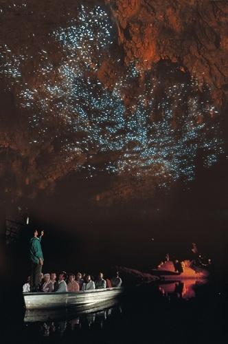Cavernas de Waitomo, Nova Zelândia: As larvas transformam o teto da caverna e parecem milhares de estrelas no apagar das luzes. Com a claridade, surgem belas formações de calcário ao longo de seus 45 km de extensão