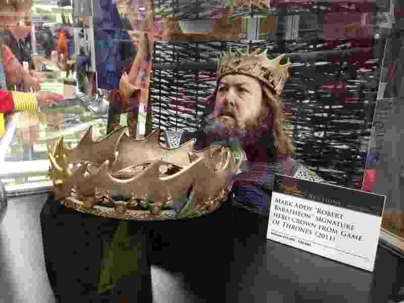 """Coroa de Robert Baratheon, personagem da série """"Game of Thrones"""", exposta na San Diego Comic-Con. O artefato será leiloado posteriormente por um preço estimado entre US$ 15 e 20 mil. O leilão será feito pela Profiles in History, empresa especializada na venda de itens de Hollywood - Natália Engler/UOL"""