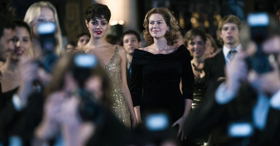"""Duda (Sophie Charlotte) e Angela (Patrícia Pillar) posam para os fotógrafos antes da festa de """"O Rebu"""""""