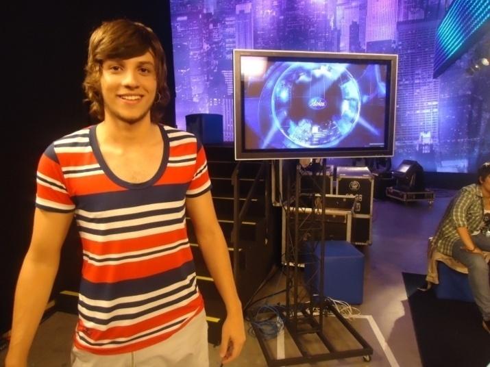 """Em 2010, Chay participou da quinta temporada do reality show """"Ídolos"""", da Record, onde ficou em quarto lugar"""