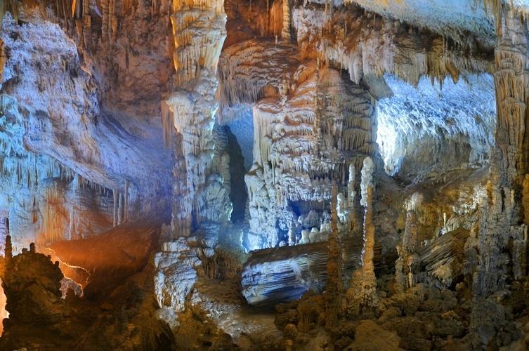 Jeita, Líbano: São dois níveis de cavernas que proporcionam ao visitante experiências diferentes, mas igualmente encantadoras. Na de cima, uma visita a pé leva à maior estalactite do mundo, com 8,20m de altura, conhecida como Torre de Pisa