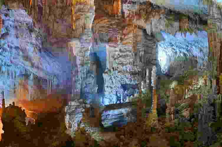 Jeita, Líbano: São dois níveis de cavernas que proporcionam ao visitante experiências diferentes, mas igualmente encantadoras. Na superior se encontra a Torre de Pisa, como é conhecida uma estalactite com 8,20m de altura - Divulgação