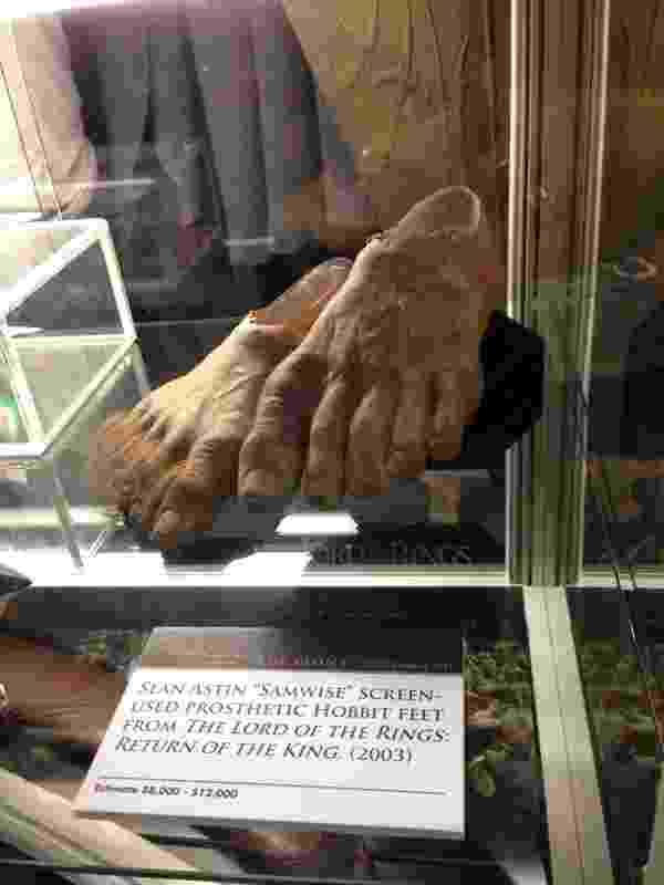 """Pés protéticos do hobbit Samwise Gamgee de """"O Senhor dos Anéis"""", expostos na San Diego Comic-Con. O artefato será leiloado posteriormente por um preço estimado entre US$ 8 e 12 mil. O leilão será feito pela Profiles in History, empresa especializada na venda de itens de Hollywood - Natália Engler/UOL"""
