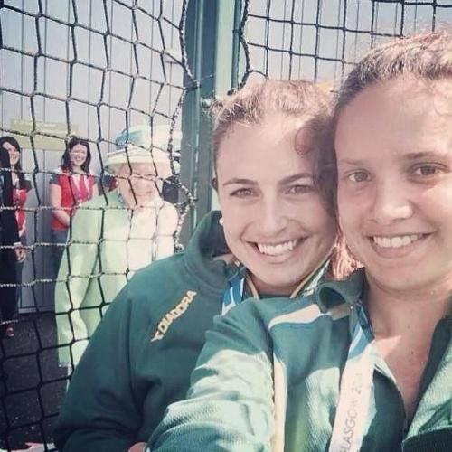 Rainha Elizabeth invade selfie de atletas durante evento esportivo na Escócia
