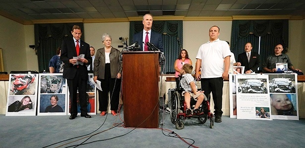 Roberto Hilliard (centro), advogado dos familiares de vítimas, comanda entrevista a jornalistas; ao menos 13 morreram em acidentes causados pela ignição da GM - Jonathan Ernst/Reuters