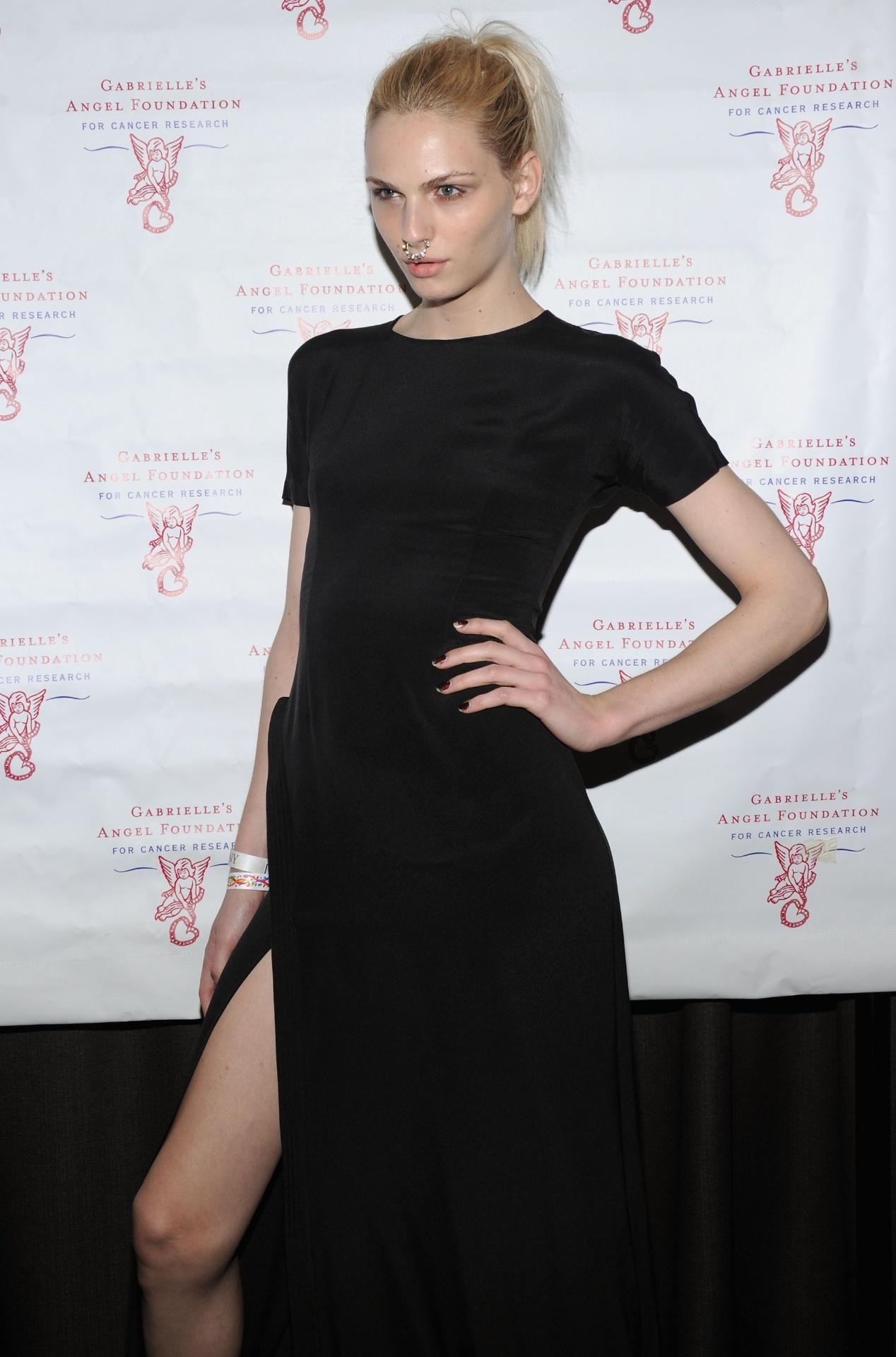 18.jun.2013 - Andrej Pejic chega a evento beneficente realizado em Nova York (EUA)