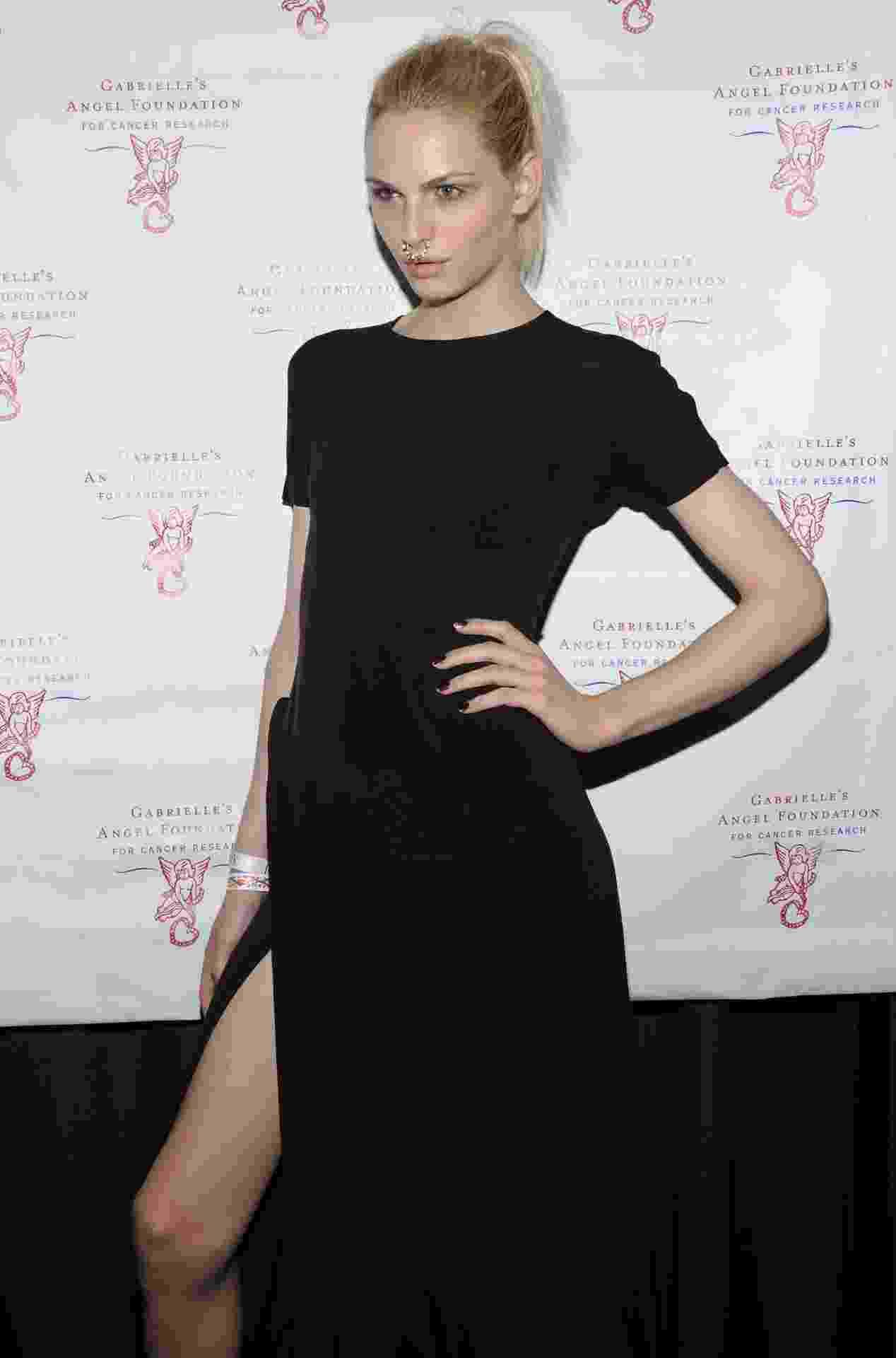 18.jun.2013 - Andrej Pejic chega a evento beneficente realizado em Nova York (EUA) - Getty Images