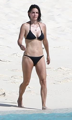 Courteney Cox foi comemorar seus 50 anos em junho nas Ilhas Turcas e Caicos,no Caribe, e mesmo usando um biquíni preto comportado mostrou que está com tudo em cima. Não é à toa que ela é uma s mulheres mais invejadas no mundo