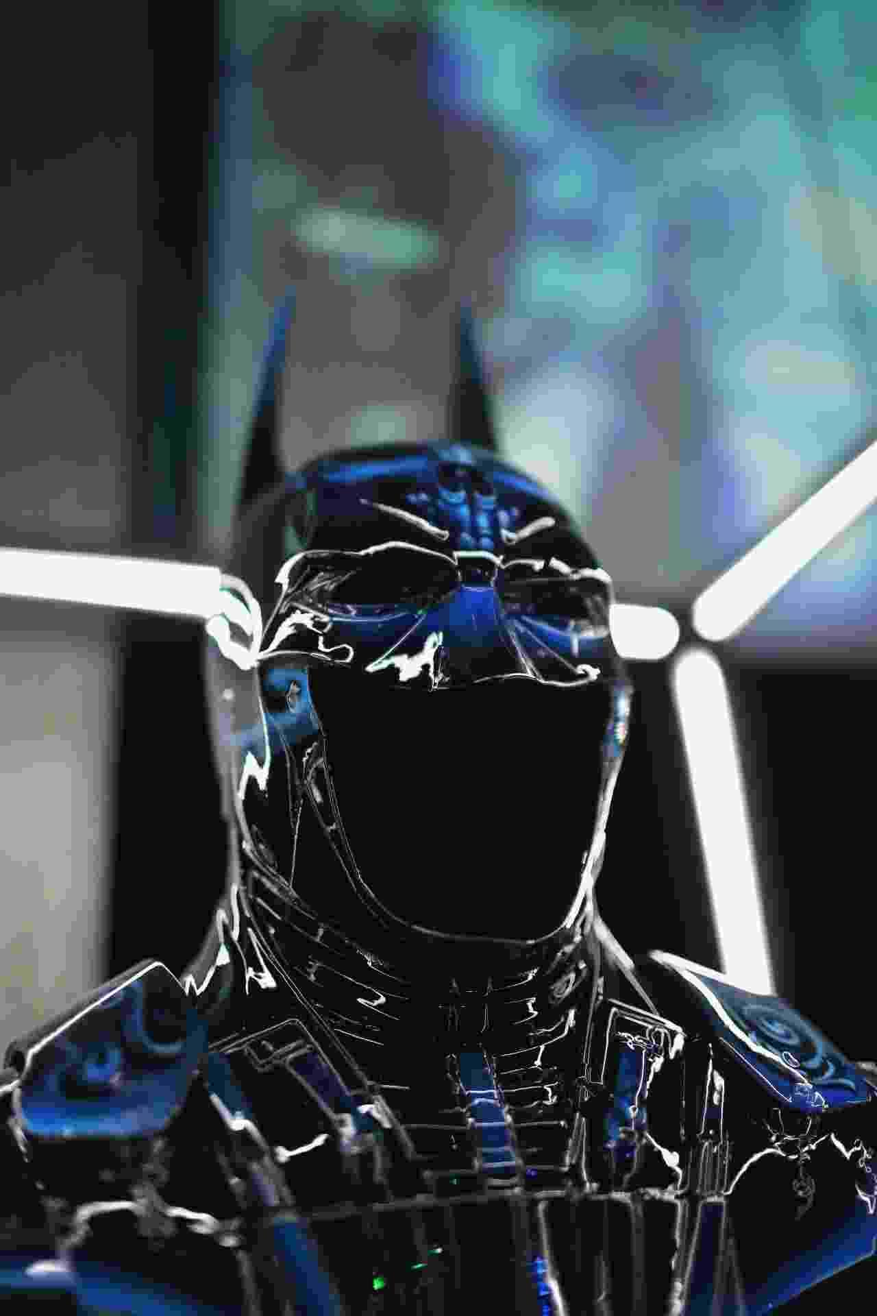 """24.jul.2014 - Armaduras do Batman pintadas por diversos são expostas no evento """"Cape/Cowl/Create"""" na San Diego Comic-Con. O Cavaleiro das Trevas está comemorando 75 anos de sua primeira aparição nos quadrinhos - Getty Images"""