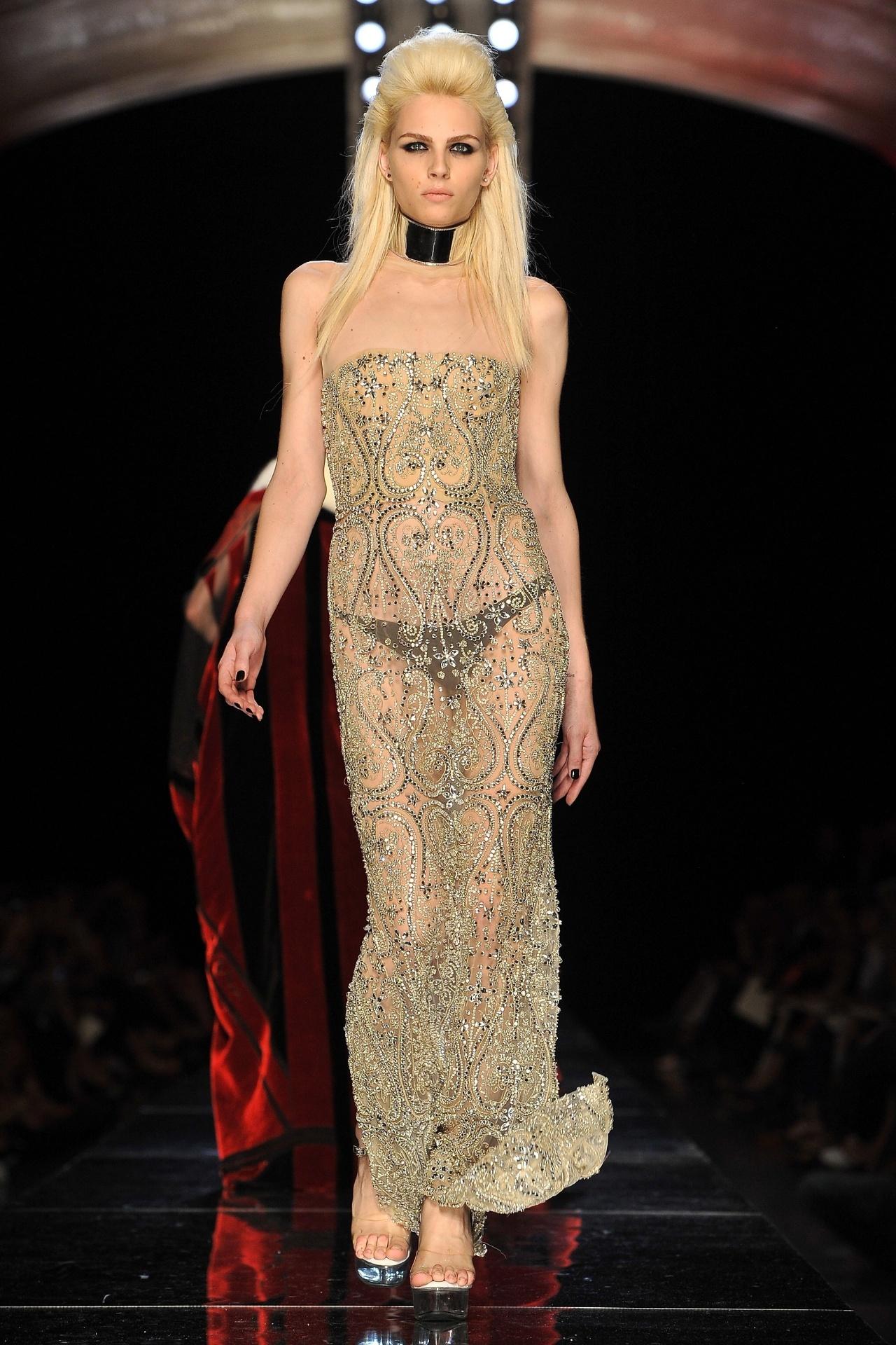 4.jul.2012 - Andrej Pejic desfila para Jean-Paul Gaultier na Semana de alta-costura de Paris