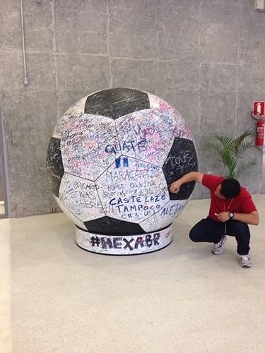 Bola com mensagens aos jogadores da Seleção Brasileira é um dos itens expostos no tour pela Arena Pernambuco