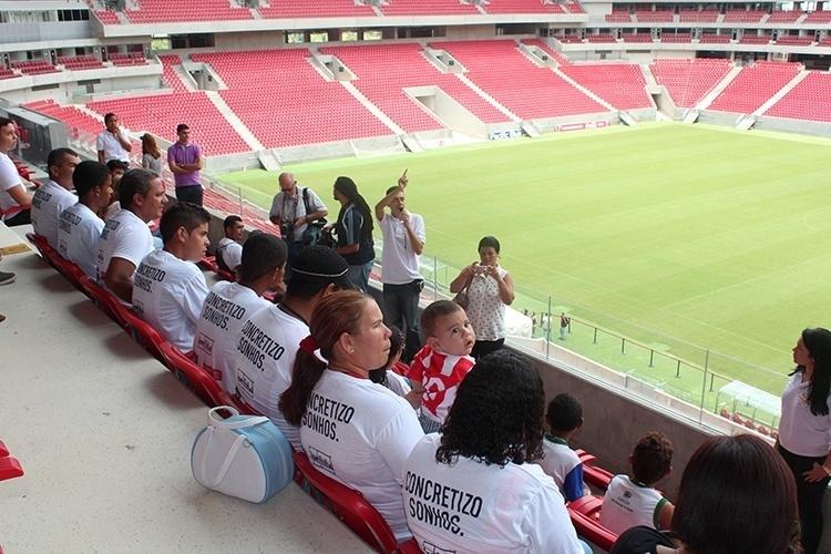 Grupo visita das arquibancadas da Arena Pernambuco, construída para sediar partidas da Copa do Mundo