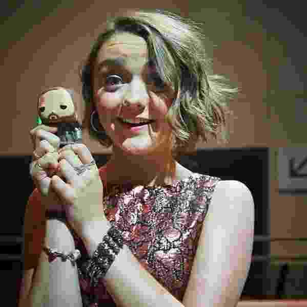 """Maisie Williams, que interpreta Arya Stark em """"Game of Thrones"""", tira foto segurando bonequinho do """"Cão de Caça"""" Sandor Clegane - Divulgação"""