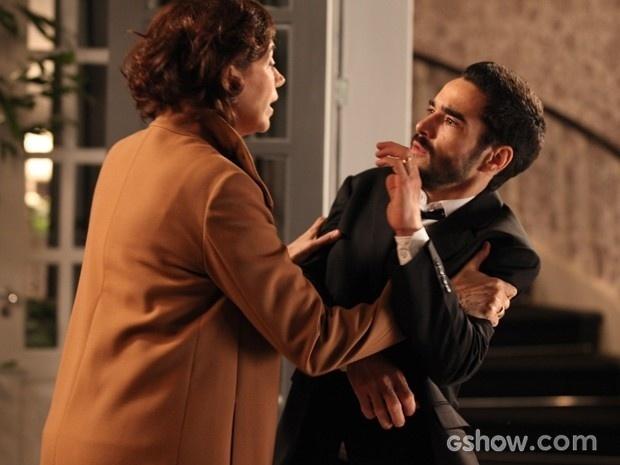 Maria Marta sacode o filho para impedi-lo de se entregar à polícia