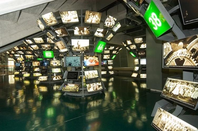Sala multimídia do Museu do Futebol explica o contexto mundial nos anos de Copa do Mundo