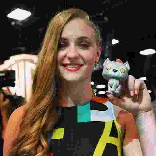 """Sophie Turner, a Sansa Stark de """"Game of Thrones"""" tira foto com boneco POP Vinyl do lobo Vento Cinzento - Divulgação"""