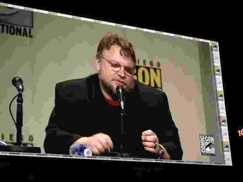 "25.jul.2014 - Guillermo del Toro no telão durante o painel da Legendary na Comi-Con, onde falou sobre o filme ""Crimson Peak"" - Natália Engler/UOL"