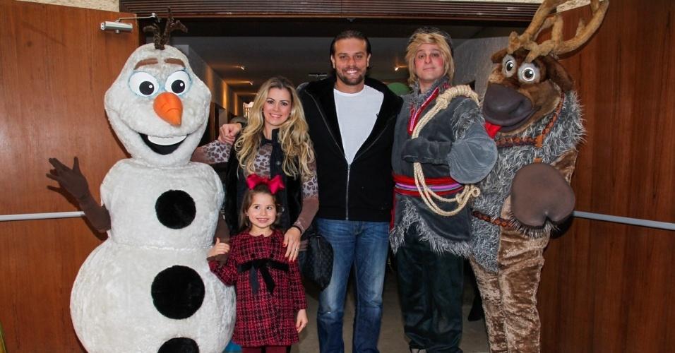 26.jul.2014 - Atriz Dani Barros com o marido e a filha