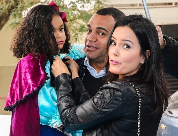 26.jul.2014 - Atriz Lucielle di Camargo, irmã de Zezé e Luciano, e o ex-jogador Denílson comemoram o aniversário de quatro anos da filha Maria Eduarda