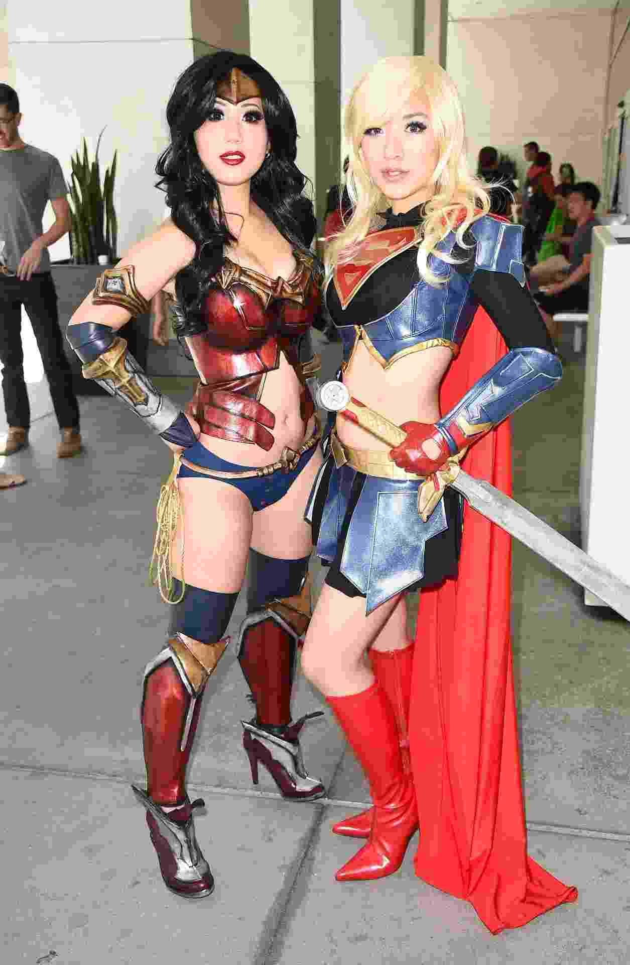 26.jul.2014 - Chubear Cosplay and Stella Chu, vestidas como Mulher Maravilha e Supergirl, na Comic-Con 2014, em San Diego - Getty Images