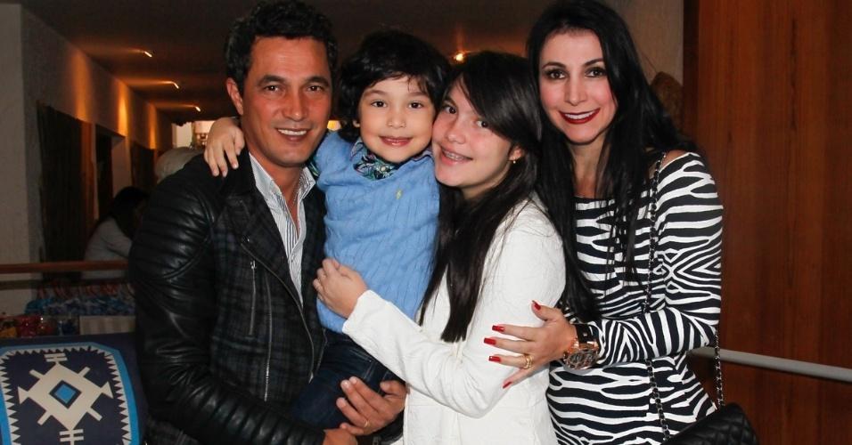 26.jul.2014 - Emanuel Camargo com a esposa Glauce e os filhos