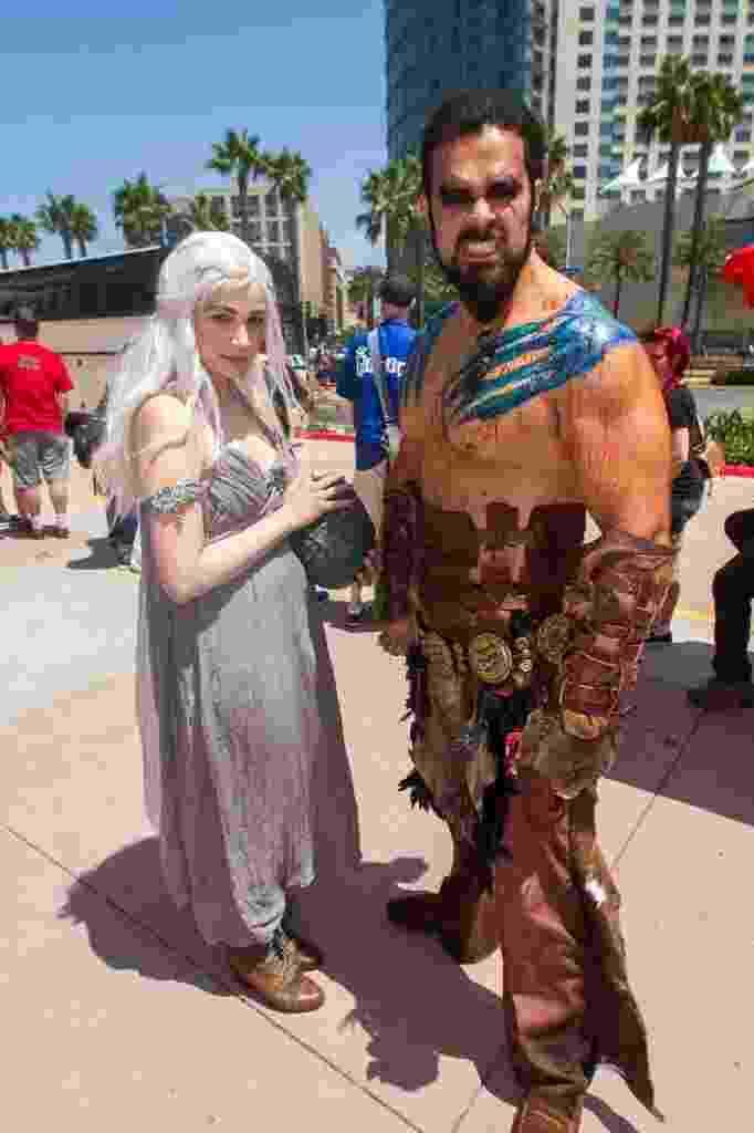 """26.jul.2014 - Fãs de """"Game of Thrones"""" se vestem como os personagens Daenerys Targaryen e Khal Drogo na Comic-Con 2014, em San Diego - Xinhua"""