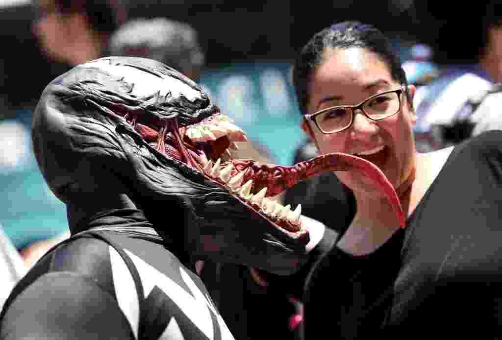 """26.jul.2014 - Kaleb McDade, vestido como o vilão Venom de Homem-Aranha, """"ataca"""" uma fã na Comic-Con 2014, em San Diego - AFP"""