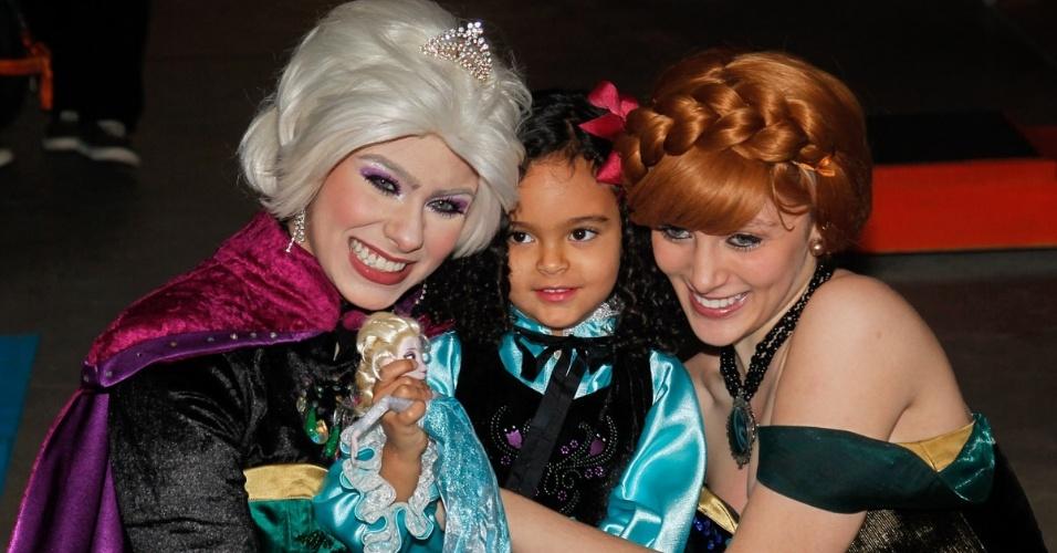 26.jul.2014 - Maria Eduarda, filha de Lucielle di Camargo e Denílson, recebe o carinho das personagem de sua festa de quatro anos