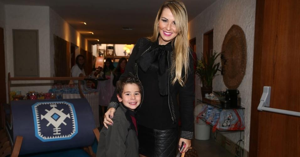 26.jul.2014 - Tatiana Moreto, esposa do cantor Gian, com o filho