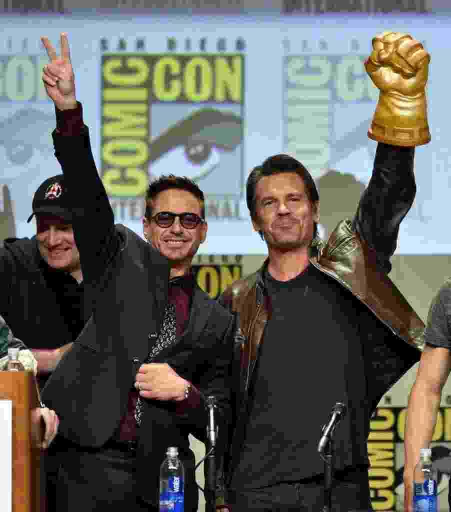 """26.julho.2014: Robert Downey Jr. (Homem de Ferro) e Josh Brolin (Thanos) posam para fotos em painel de """"Vingadores 2"""" - Kevin Winter/AFP"""